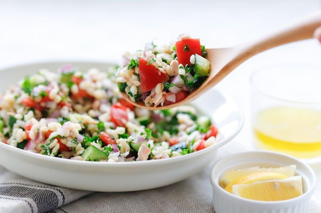 「糖質制限」で便秘体質に?!ダイエッターの便通改善に「もち麦」がオススメな理由:もち麦の中東風サラダ