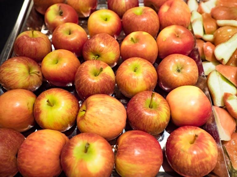 皮付きのままでも食べやすい「ホットりんご」で腸内環境をケアしよう!