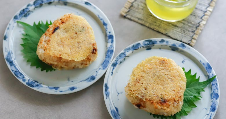 食感はトロ~リ&パリパリ!2つの発酵食の相性も抜群:チーズおかか焼きおにぎり