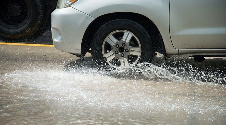 夏タイヤとスタッドレスタイヤの違いは「水深」にアリ