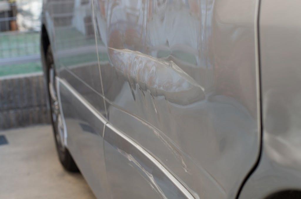 ゲリラ豪雨の強風で隣の車に傷が付く!?「ドアを開ける瞬間」に注意しよう
