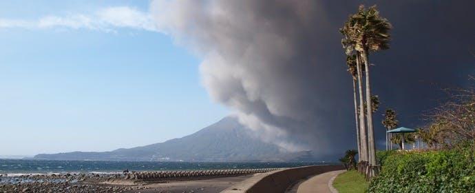 ドライブ中に火山灰が降ってきたら…。どう備える?どう対処する?