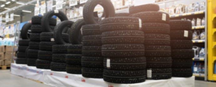 夏タイヤと冬タイヤ、販売本数が多いのはどっち?