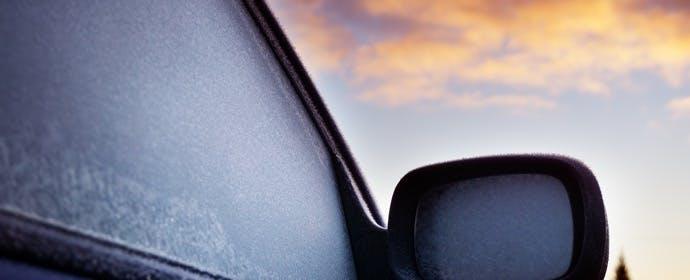 スタッドレスタイヤへの履き替え時期は、走行地域の「初霜」で見極めよう