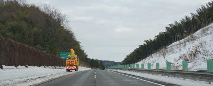 高速道路で除雪中の作業車に遭遇したときの、正しい対応とは?