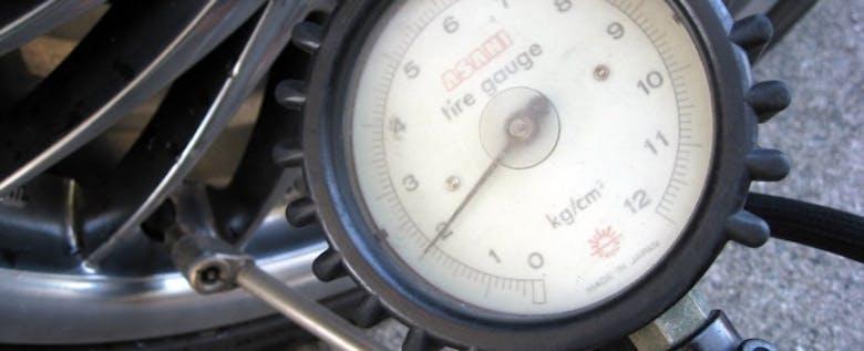 クルマの足下、タイヤの空気圧には常に注意しよう