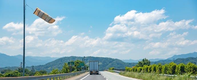 高速道路の「吹き流し」で、おおよその風速を一目で判別するには?
