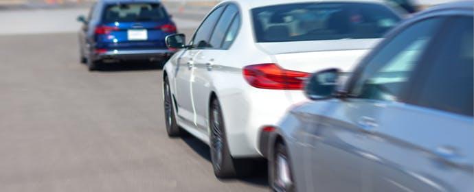 高速道路では特に注意を!「流体刺激」と「車群現象」がもたらす危険とは