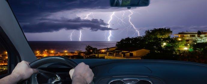 ドライブ中に落雷が!より安全なのはクルマの外?クルマの中?