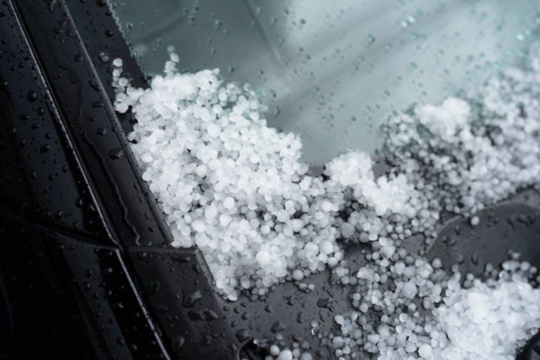 雹、隕石、噴石、台風、地震……車両保険で補償される災害は?