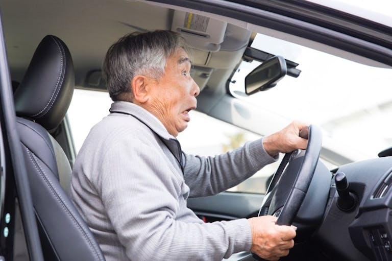 家族との話し合いが不可欠!運転免許「自主返納理由」のトップは?