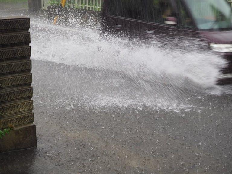 冠水時に慌てないために!自動車は水深何cmまで走行できるかを知ろう!
