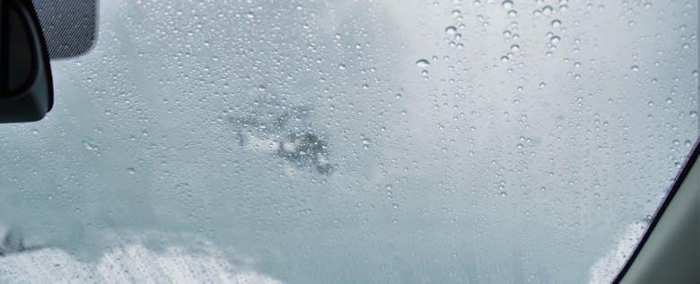 梅雨時の「真っ白で見えない!」を防ぐ、フロントガラスの曇り対策