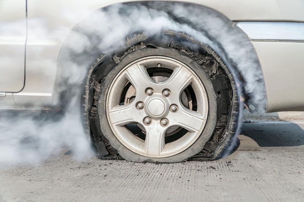 熱はタイヤの大敵。夏のタイヤバーストに気をつけよう