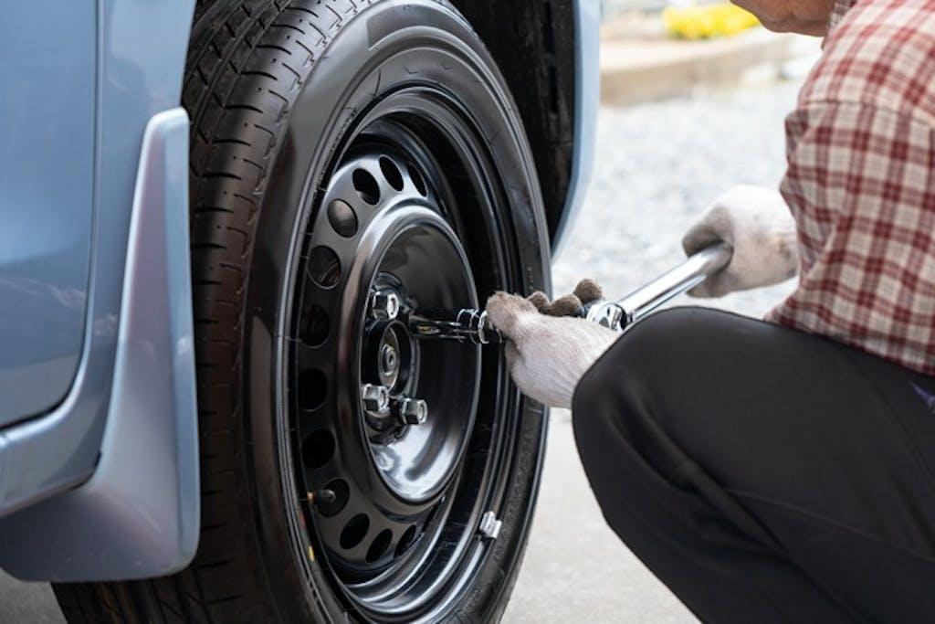 路上パンク時にあわてない!タイヤ緊急交換のやり方チェックポイント